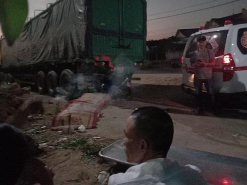 Tông vào đuôi xe đầu kéo đang đậu bên đường, đôi nam nữ tử vong tại chỗ - Ảnh 2.