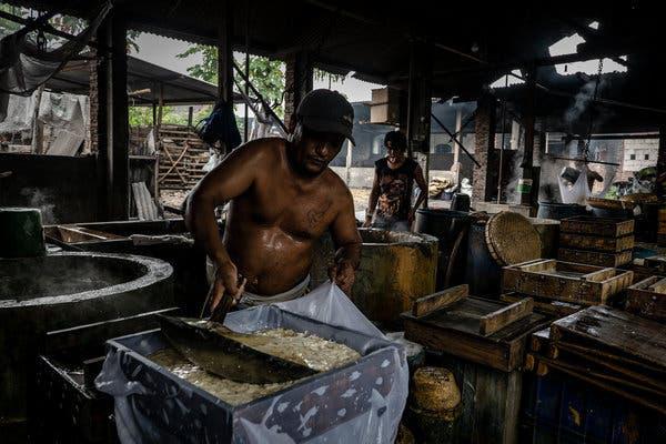 Đậu phụ nhiễm độc ở Indonesia: Món ăn rẻ tiền được sản xuất từ rác thải nhựa của Mỹ chứa hóa chất gây chết người khiến ai cũng rùng mình - Ảnh 1.