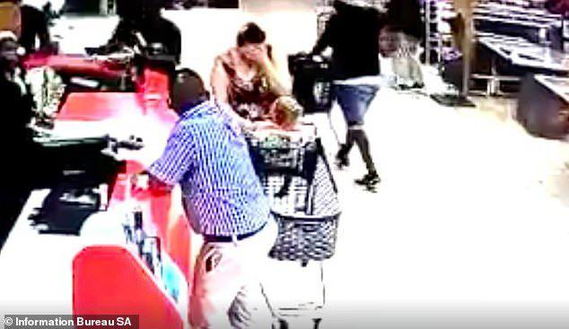 Quay lưng đi chỉ vài giây, người bà hoảng loạn rơi nước mắt vì cháu bị bắt cóc - Ảnh 3.