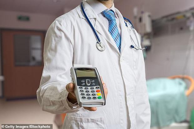 Đang hôn mê thì bác sĩ gọi dậy bắt trả gần 200 triệu để phẫu thuật tiếp, bệnh nhân vừa mếu máo vừa... quẹt thẻ thanh toán - Ảnh 2.