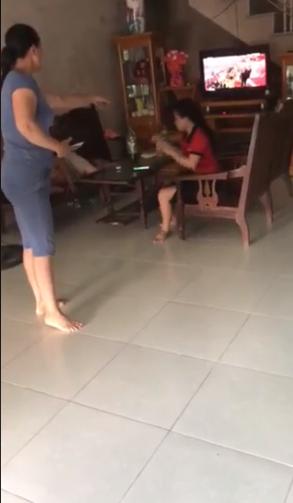 Nóng trên mạng xã hội: Mẹ chồng - con dâu túm tóc, giằng co, đánh nhau ngay giữa nhà - Ảnh 4.