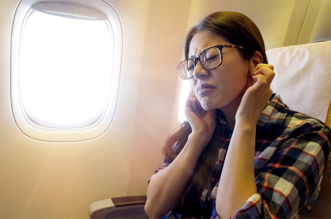 Ðối phó với ù tai khi đi máy bay - Ảnh 1.