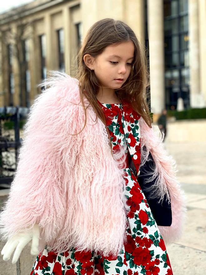 Con gái diva Hồng Nhung ngày càng xinh và thần thái, gu thời trang sang chảnh đúng chuẩn tiểu mỹ nhân đây rồi!  - Ảnh 1.