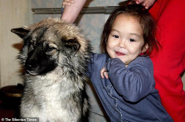 Cuộc sống của cô bé rừng xanh sống sót sau 11 ngày bị lạc trong rừng sâu nhờ chú chó trung thành giờ ra sao? - Ảnh 1.