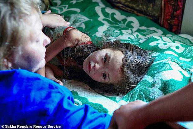 Cuộc sống của cô bé rừng xanh sống sót sau 11 ngày bị lạc trong rừng sâu nhờ chú chó trung thành giờ ra sao? - Ảnh 2.
