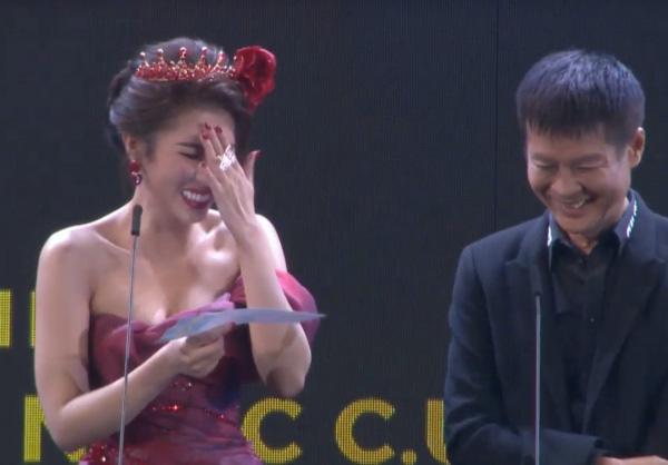 Hoa hậu Việt lấy tay che mặt, nói chết rồi khi đọc tên đạo diễn thành từ nhạy cảm trên sóng truyền hình - Ảnh 2.