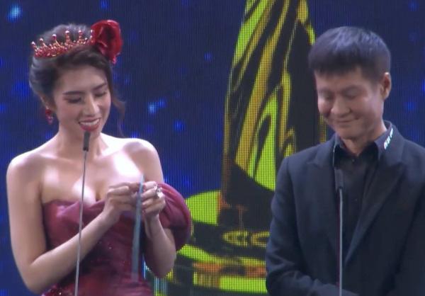 Hoa hậu Việt lấy tay che mặt, nói chết rồi khi đọc tên đạo diễn thành từ nhạy cảm trên sóng truyền hình - Ảnh 1.