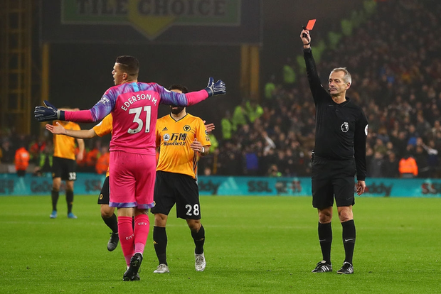 Thua ngược dù dẫn 2-0, Manchester City giương cờ trắng trong cuộc đua vô địch Ngoại hạng Anh - Ảnh 1.