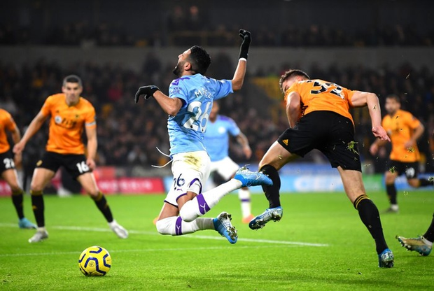 Thua ngược dù dẫn 2-0, Manchester City giương cờ trắng trong cuộc đua vô địch Ngoại hạng Anh - Ảnh 2.