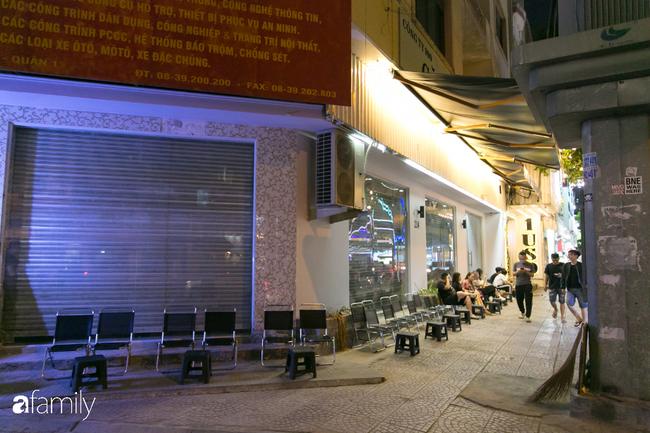 """Quán cà phê """"1 đô"""" lề đường bỗng nhiên trở thành cơn sốt ở Sài Gòn, mỗi đêm có hàng trăm người kéo tới ngồi xếp lớp dài cả chục mét - Ảnh 1."""