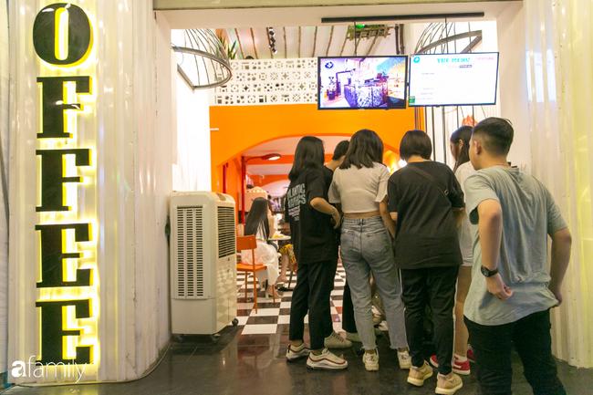 """Quán cà phê """"1 đô"""" lề đường bỗng nhiên trở thành cơn sốt ở Sài Gòn, mỗi đêm có hàng trăm người kéo tới ngồi xếp lớp dài cả chục mét - Ảnh 2."""