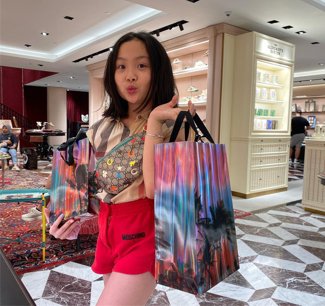 Con gái thứ hai của Phượng Chanel gây bão với phong thái xách túi shopping chuẩn rich kid, đúng là không đùa được với nhà giàu - Ảnh 2.