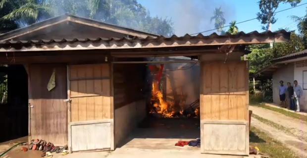 Chập điện vì sạc điện thoại qua đêm khiến ngôi nhà gỗ bùng cháy dữ dội, người vợ bị thiêu chết còn người chồng đang nguy kịch - Ảnh 1.