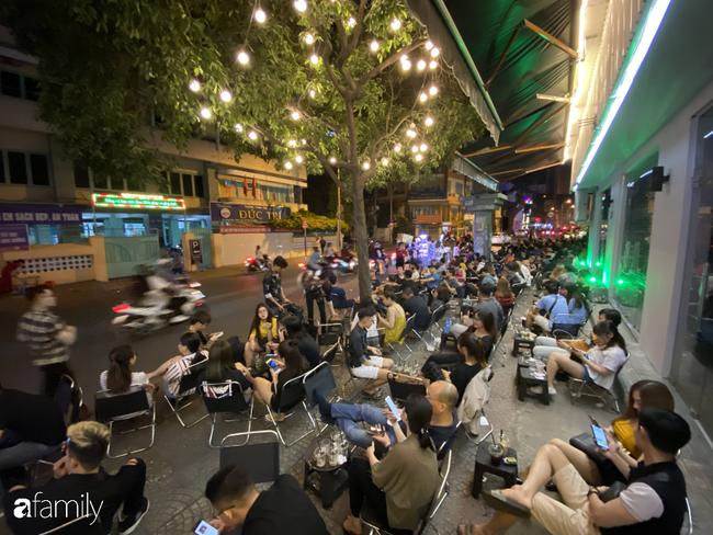 """Quán cà phê """"1 đô"""" lề đường bỗng nhiên trở thành cơn sốt ở Sài Gòn, mỗi đêm có hàng trăm người kéo tới ngồi xếp lớp dài cả chục mét - Ảnh 4."""