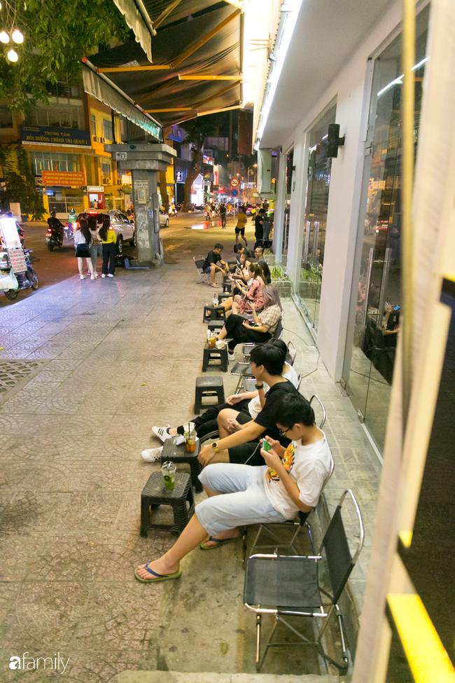 """Quán cà phê """"1 đô"""" lề đường bỗng nhiên trở thành cơn sốt ở Sài Gòn, mỗi đêm có hàng trăm người kéo tới ngồi xếp lớp dài cả chục mét - Ảnh 5."""