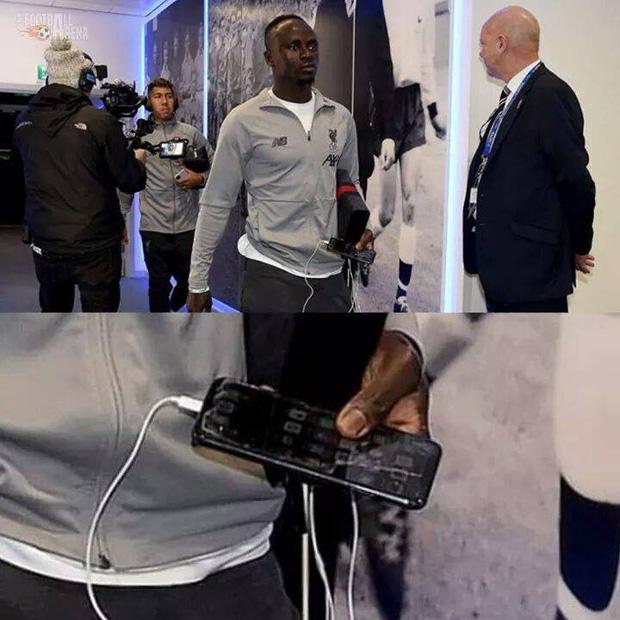 Giản dị như Sadio Mane, ngôi sao bóng đá rộng lượng nhất thế gian: Lương 12 tỉ mỗi tháng vẫn dùng điện thoại vỡ màn hình, miếng dán bong tróc nham nhở - Ảnh 1.