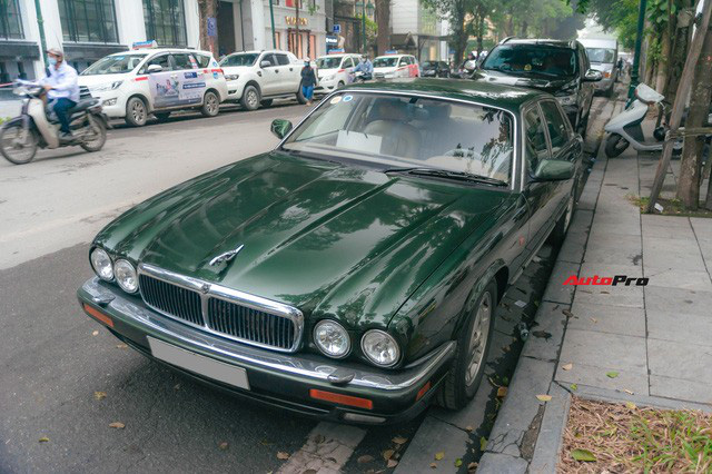 Jaguar XJ hơn 25 năm tuổi siêu hiếm xuất hiện tại Hà Nội, tình trạng xe khiến nhiều người ngạc nhiên - Ảnh 2.