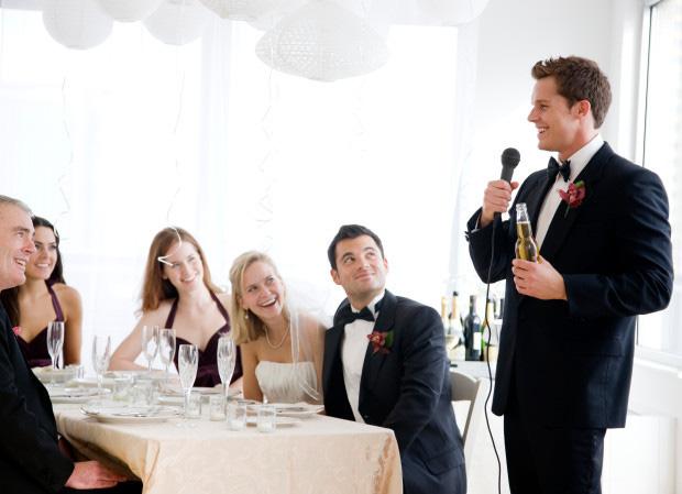 Chú rể thâm sâu vạch mặt 8 người đàn ông ngoại tình với cô dâu bằng những chiếc đĩa ngay tại đám cưới khiến ai cũng há hốc mồm - Ảnh 2.