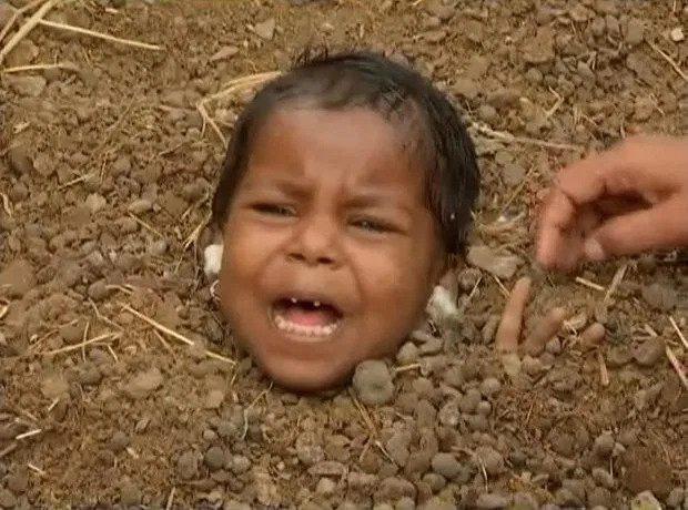 Kỳ quặc ngôi làng chôn sống trẻ em lúc nhật thực để chữa tật nguyền - Ảnh 5.