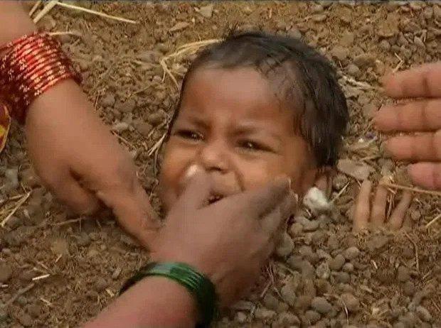 Kỳ quặc ngôi làng chôn sống trẻ em lúc nhật thực để chữa tật nguyền - Ảnh 6.