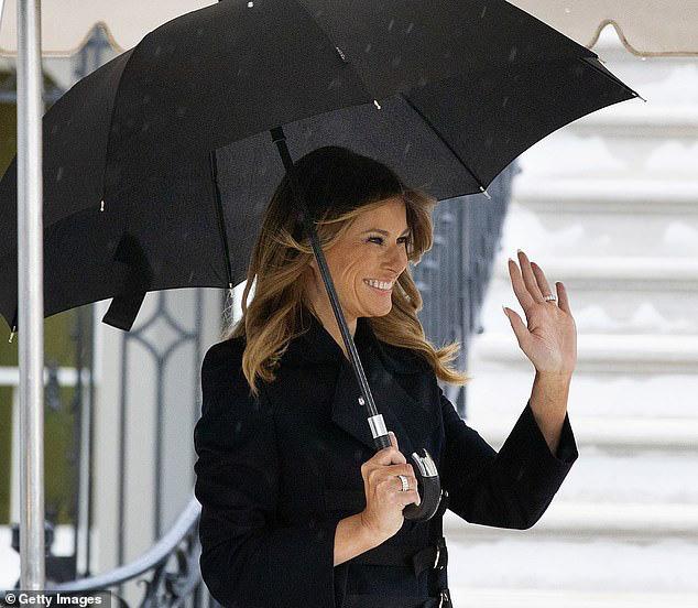 Vợ chồng TT Trump diện đồ đôi, bà Melania suýt bị chồng bỏ quên khi chuẩn bị lên đường sang Anh? - ảnh 2