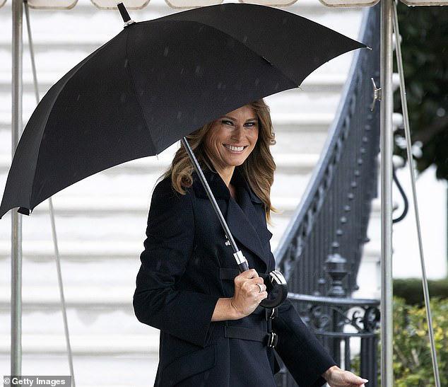 Vợ chồng TT Trump diện đồ đôi, bà Melania suýt bị chồng bỏ quên khi chuẩn bị lên đường sang Anh? - ảnh 3
