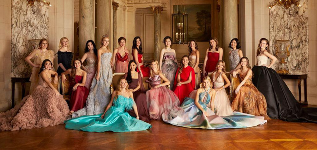 Đêm tiệc giới siêu giàu gây chú ý với màn ra mắt của 19 tiểu thư lá ngọc cành vàng, nổi bật nhất lại là cô gái châu Á này - Ảnh 1.