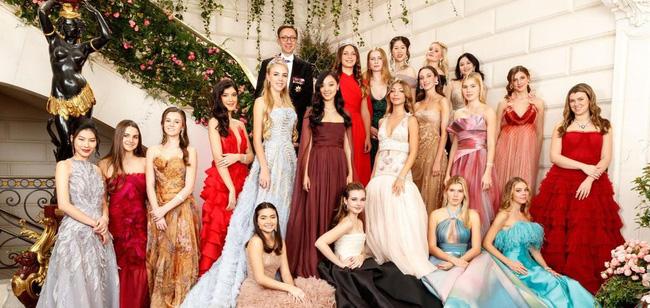 Đêm tiệc giới siêu giàu gây chú ý với màn ra mắt của 19 tiểu thư lá ngọc cành vàng, nổi bật nhất lại là cô gái châu Á này - Ảnh 2.
