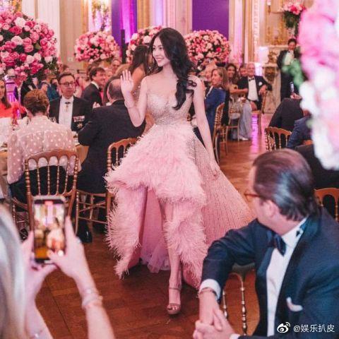 Đêm tiệc giới siêu giàu gây chú ý với màn ra mắt của 19 tiểu thư lá ngọc cành vàng, nổi bật nhất lại là cô gái châu Á này - Ảnh 6.