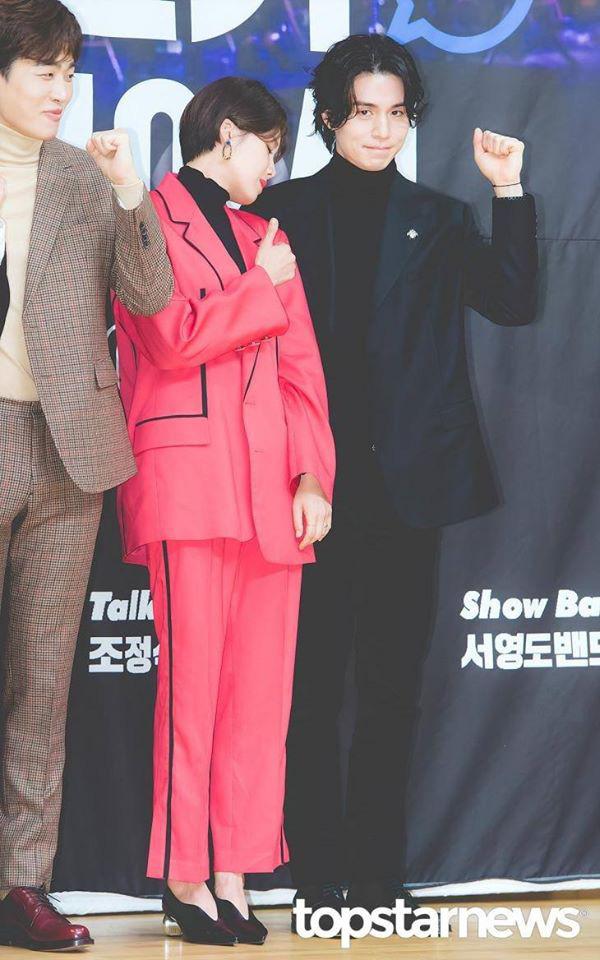 Gần 20 năm hoạt động trong làng giải trí, đây là lần đầu tiên Thần chết Lee Dong Wook công khai thể hiện hành động thân mật với một sao nữ - Ảnh 3.
