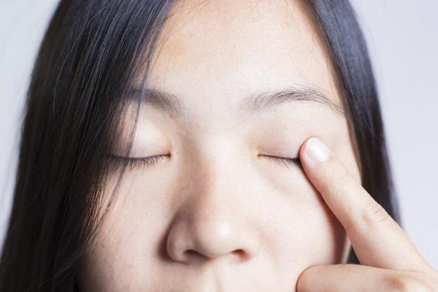 Mụn nổi ở mí mắt trên: Dấu hiệu và cách xử lý để bạn bớt cảm thấy khó chịu - Ảnh 6.