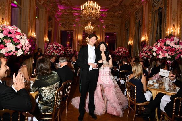 Đêm tiệc giới siêu giàu gây chú ý với màn ra mắt của 19 tiểu thư lá ngọc cành vàng, nổi bật nhất lại là cô gái châu Á này - Ảnh 9.