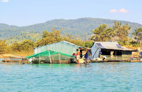 Cận cảnh cuộc mưu sinh của dân làng chài trong lòng hồ thủy điện Sê San - Ảnh 1.
