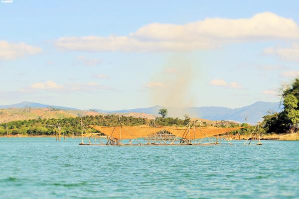 Cận cảnh cuộc mưu sinh của dân làng chài trong lòng hồ thủy điện Sê San - Ảnh 2.