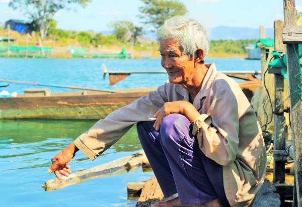 Cận cảnh cuộc mưu sinh của dân làng chài trong lòng hồ thủy điện Sê San - Ảnh 6.