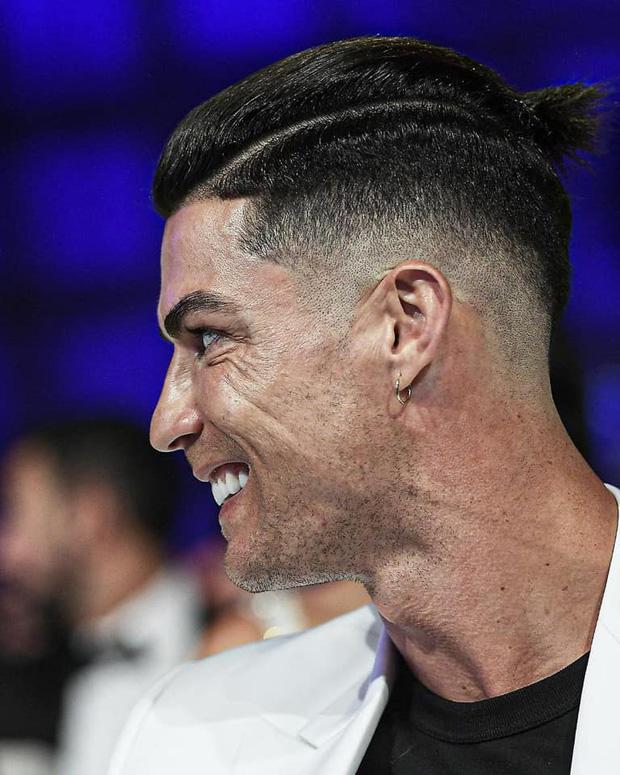 Ronaldo trình làng kiểu tóc cực chất trong ngày đi nhận giải, nhưng nhìn kỹ các fan lại chợt phát hiện ra điều đáng buồn về tuổi tác của CR7 - Ảnh 1.