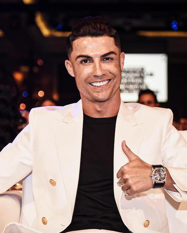 Ronaldo trình làng kiểu tóc cực chất trong ngày đi nhận giải, nhưng nhìn kỹ các fan lại chợt phát hiện ra điều đáng buồn về tuổi tác của CR7 - Ảnh 2.