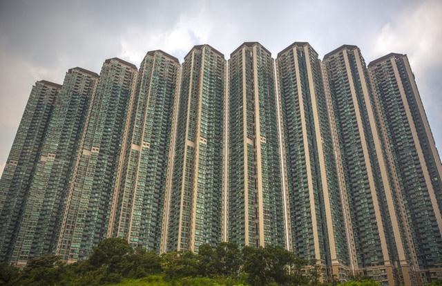Bên trong những căn nhà chuồng cọp tại Hong Kong: Cả một thế giới kỳ lạ, từ nghèo tột cùng đến trung lưu ăn trắng mặc trơn tại cùng một tòa nhà - Ảnh 2.