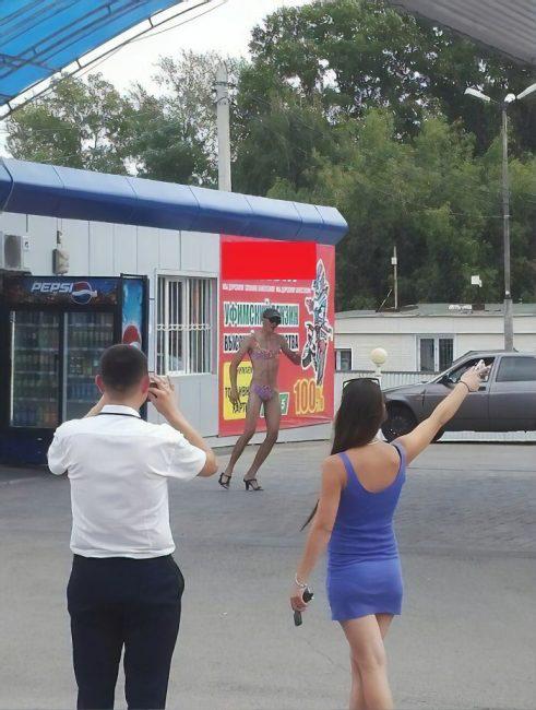 Nhiều anh trai Nga rủ nhau mặc bikini, đi giày cao gót để được đổ xăng miễn phí - Ảnh 12.