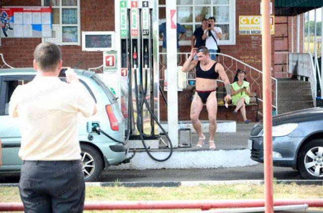 Nhiều anh trai Nga rủ nhau mặc bikini, đi giày cao gót để được đổ xăng miễn phí - Ảnh 13.