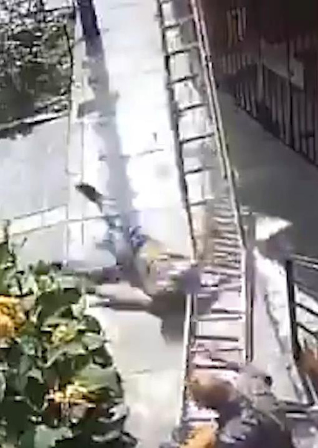 Khó chịu khi thấy có thang dựng trên vỉa hè, ông bác cục súc cố tình lắc thang cật lực khiến người ở trên ngã xuống từ độ cao 10m - Ảnh 4.