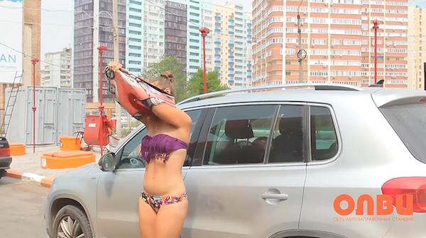 Nhiều anh trai Nga rủ nhau mặc bikini, đi giày cao gót để được đổ xăng miễn phí - Ảnh 4.