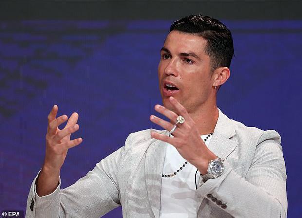 Ronaldo trình làng kiểu tóc cực chất trong ngày đi nhận giải, nhưng nhìn kỹ các fan lại chợt phát hiện ra điều đáng buồn về tuổi tác của CR7 - Ảnh 3.