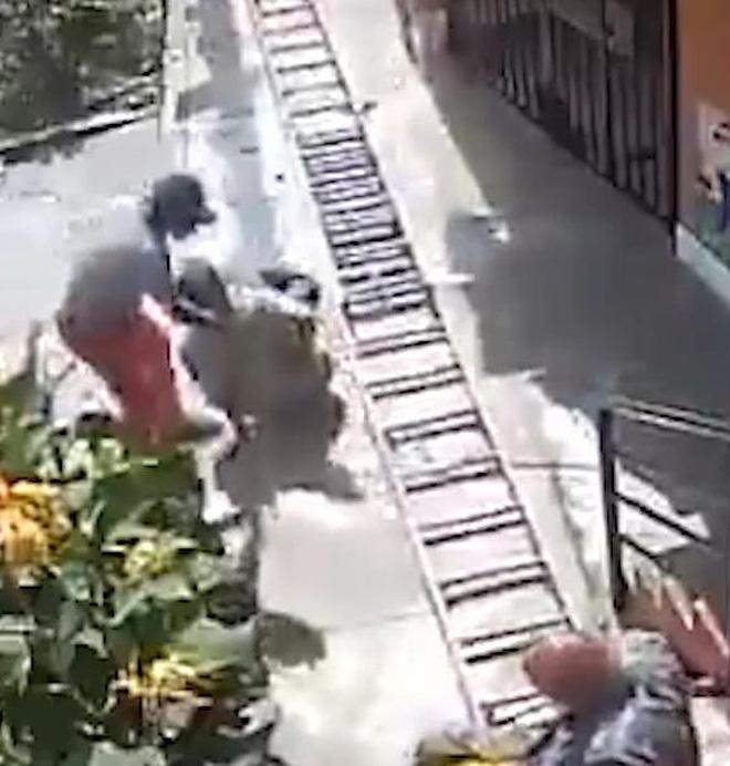 Khó chịu khi thấy có thang dựng trên vỉa hè, ông bác cục súc cố tình lắc thang cật lực khiến người ở trên ngã xuống từ độ cao 10m - Ảnh 5.