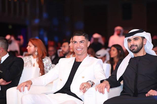 Ronaldo trình làng kiểu tóc cực chất trong ngày đi nhận giải, nhưng nhìn kỹ các fan lại chợt phát hiện ra điều đáng buồn về tuổi tác của CR7 - Ảnh 4.
