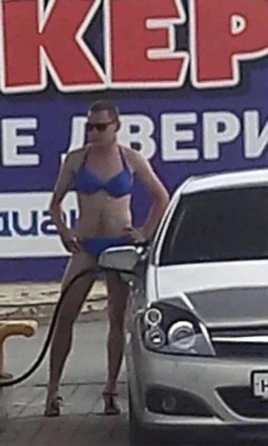 Nhiều anh trai Nga rủ nhau mặc bikini, đi giày cao gót để được đổ xăng miễn phí - Ảnh 6.