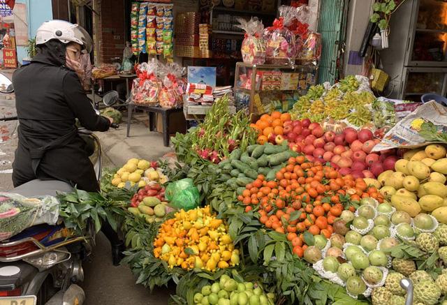 Sát Tết, trái cây ồ ạt tăng giá, thương lái bao mua tận vườn - Ảnh 1.