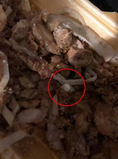 Mua bánh mì kebab về ăn lót dạ, các cô gái thoát chết nhờ kịp thời phát hiện ra nhiều viên thuốc bên trong món ăn - Ảnh 3.