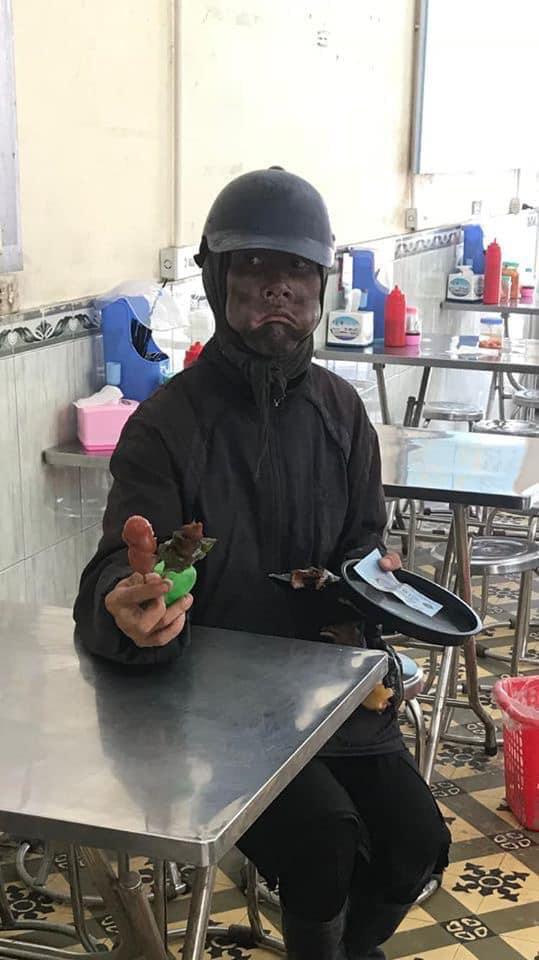 Công an truy tìm người đàn ông mặt bôi đen, tay cầm đầu gà bí hiểm khiến dân Hà Nội xôn xao 2 ngày qua - ảnh 1