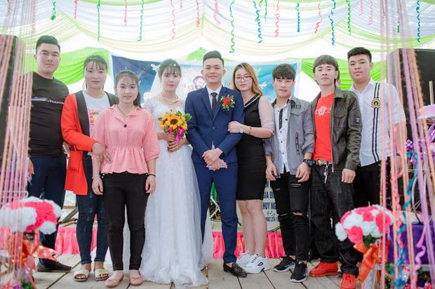 Sự thật phía sau bức ảnh cô gái vô tư hôn chú rể trong ngày cưới, cô dâu mặt lạnh tanh đứng kế bên - Ảnh 2.